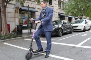 Poliția a modificat regulile după care şoferii sunt obligaţi să depăşească bicicletele și trotinetele